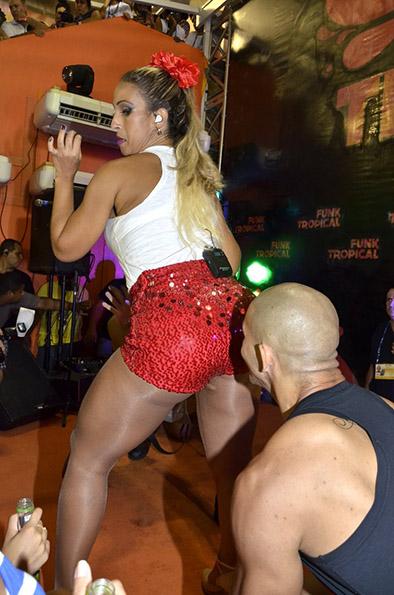 """Valesca Popozuda cantou em um camarote na Sapucaí, no sábado, 1º, quando """"sufocou"""" um fã com seu bumbum"""