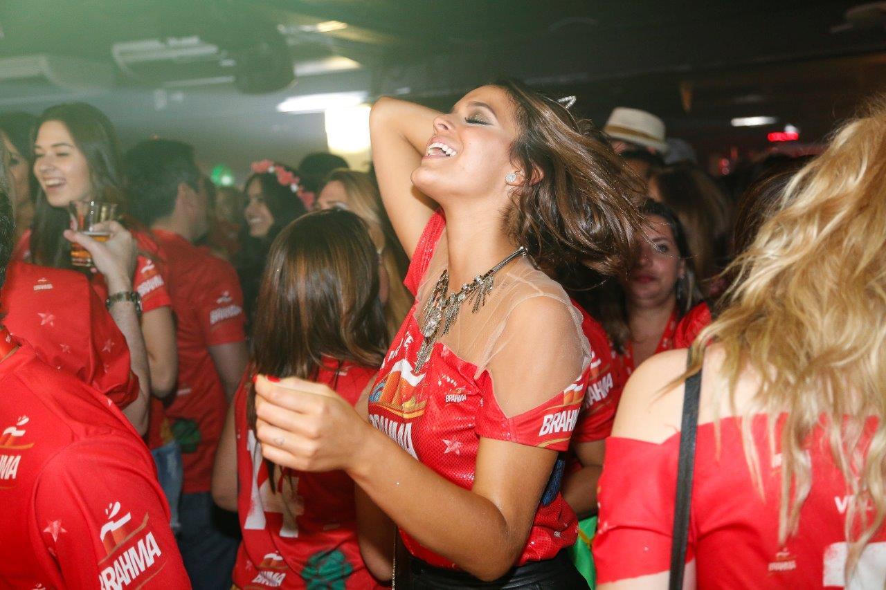 Bruna Marquezine curtindo o show de Tiago Abravanel