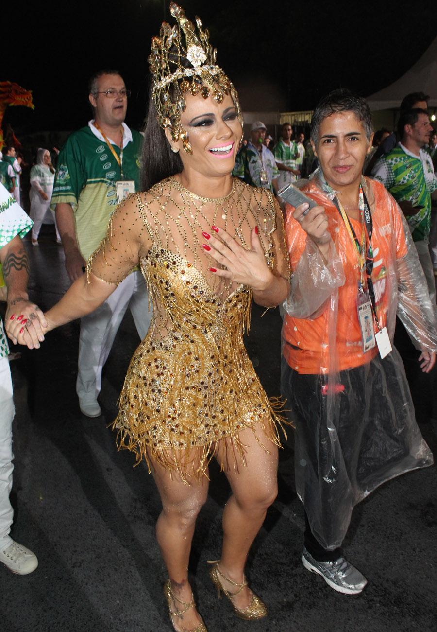 Viviane Araújo chega para o desfile em São Paulo