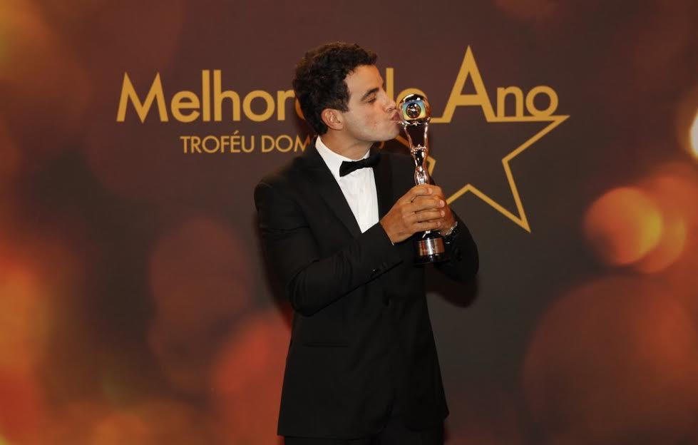 Anderson Di Rizzi com o troféu de melhor ator revelação