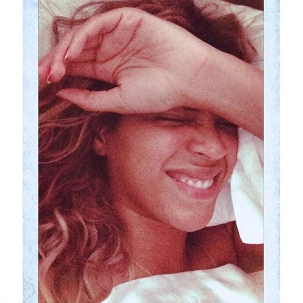 Beyoncé estimulou a onda de selfies na cama, ao postar uma foto de si mesma quase sem maquiagem, na mesma época em que lançou a música ***Flawless