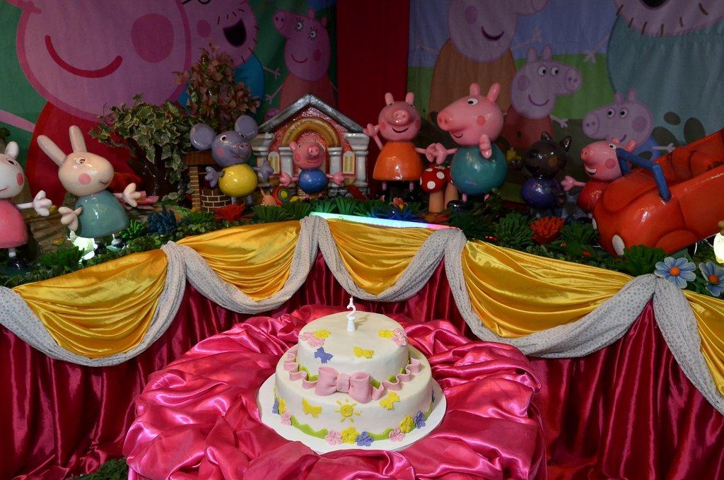 Perlla escolheu o tema do desenho infantil Peppa Pig para a festa da filha