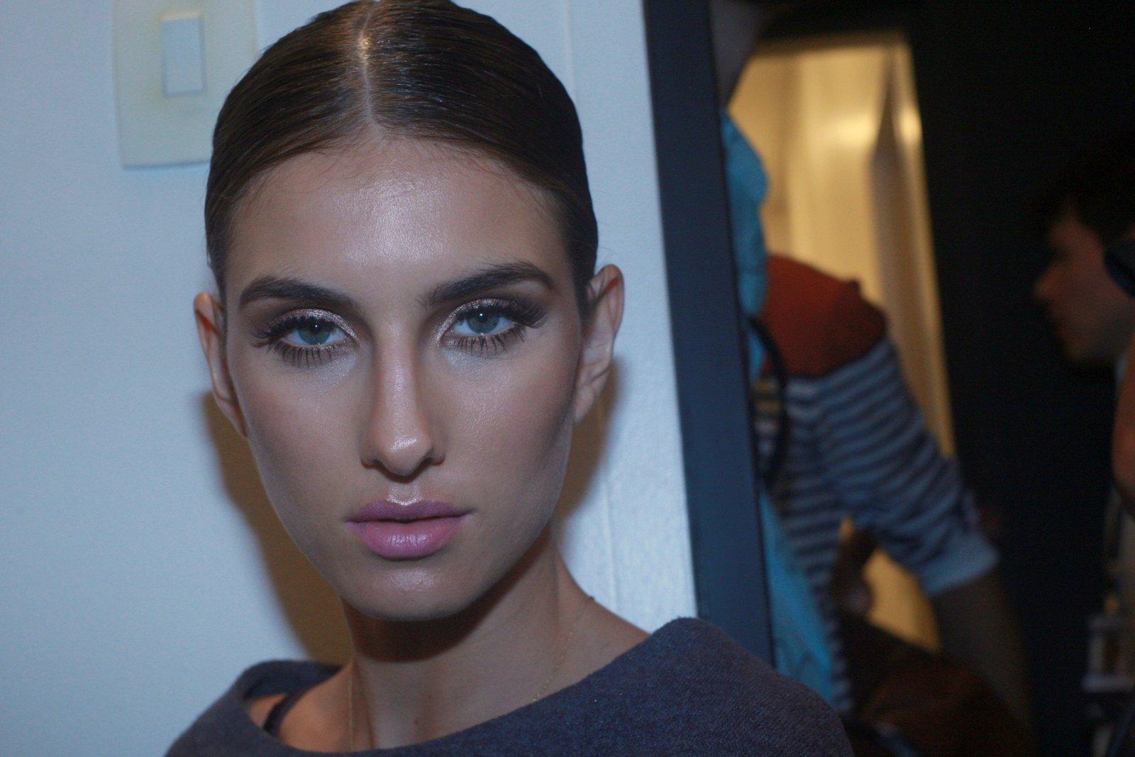No backstage da grife Fause Haten, as modelos receberam penteados e maquiagem de rainhas