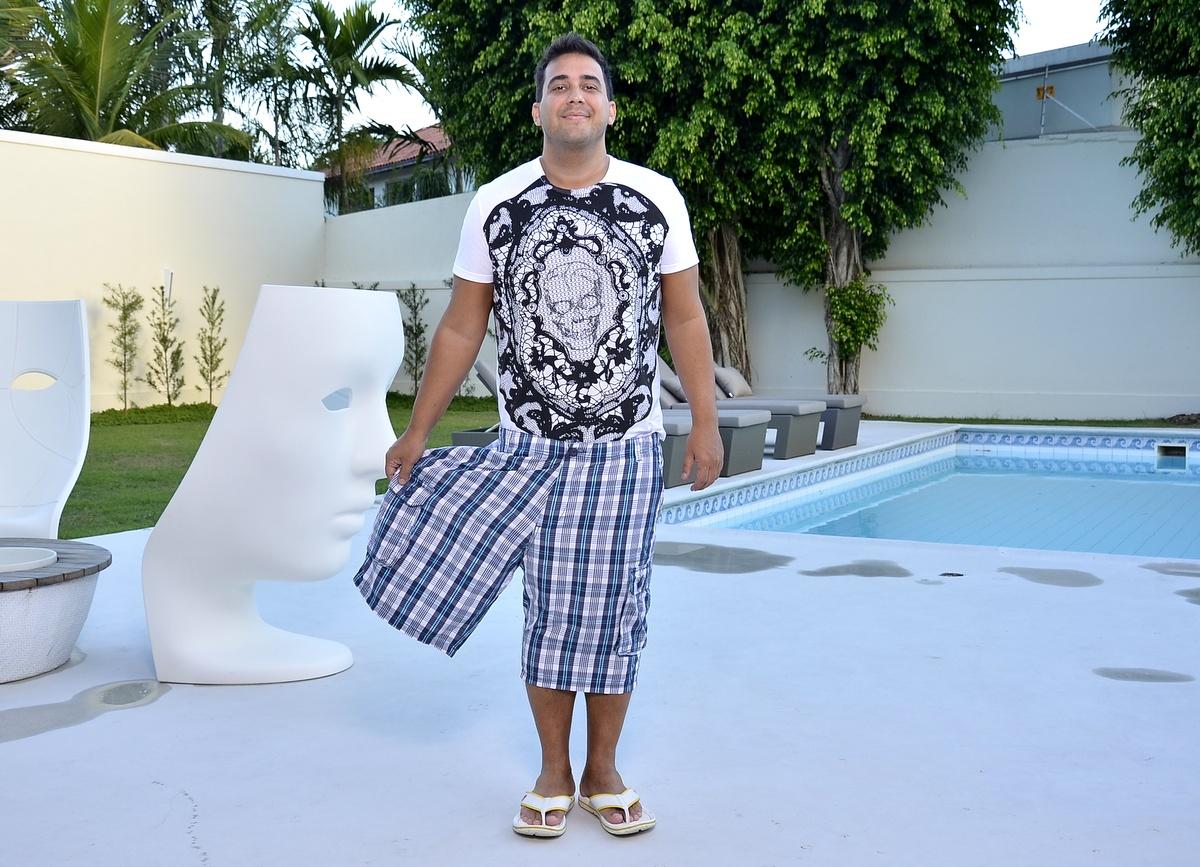 Quatro meses depois de se submeter a uma gastroplastia, André Marques está 56 quilos mais magro, e 'cabe' em apenas uma das pernas de uma antiga bermuda