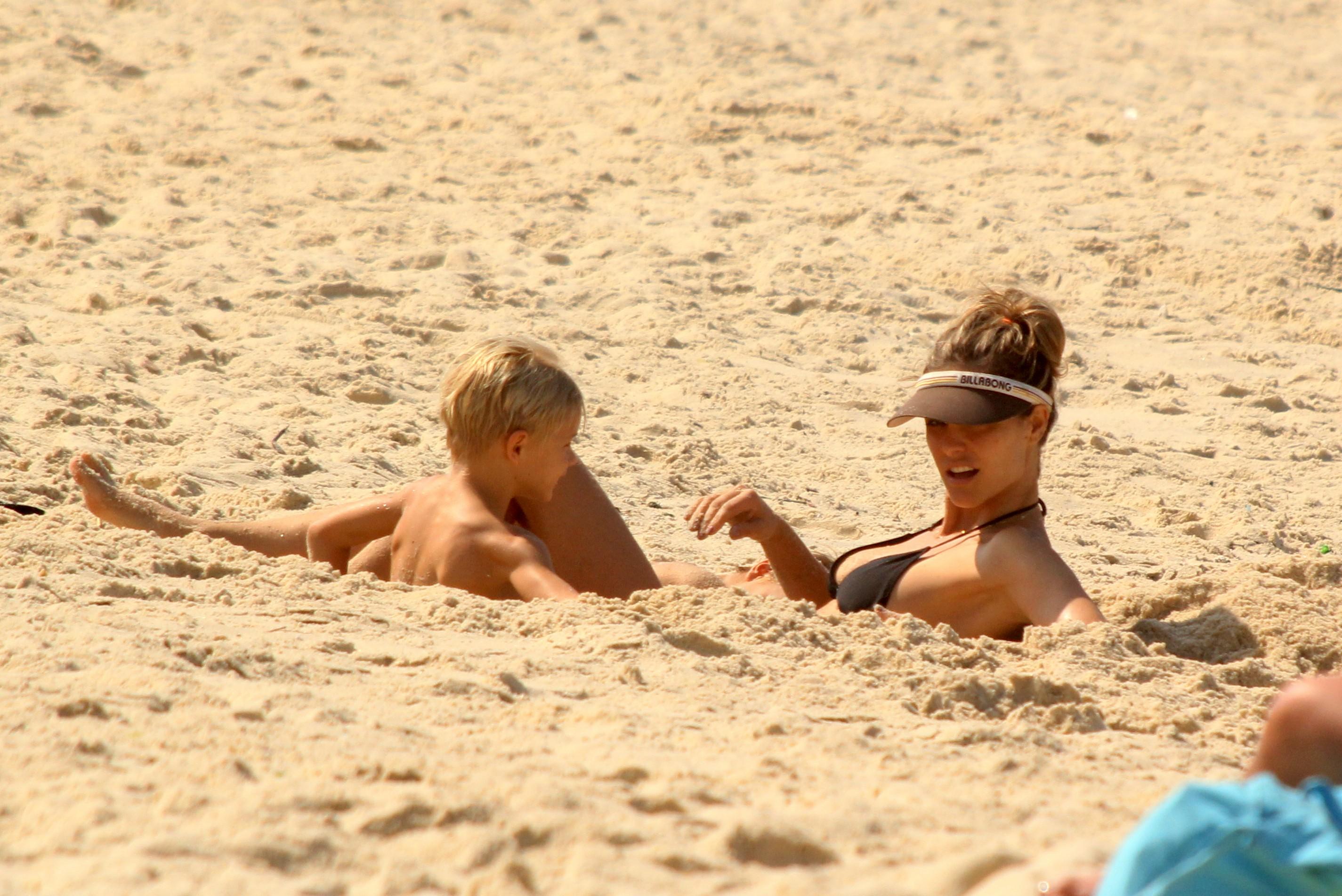 Fernanda Lima foi enterrada na areia pelos filhos