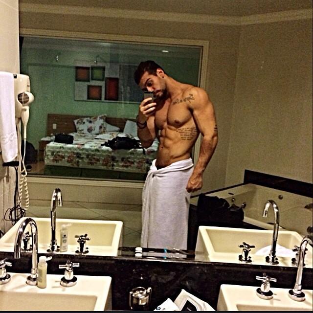 Lucas Lucco, de toalhinha, no banheiro de um hotel, decidiu compartilhar o corpo musculoso em momento de intimidade