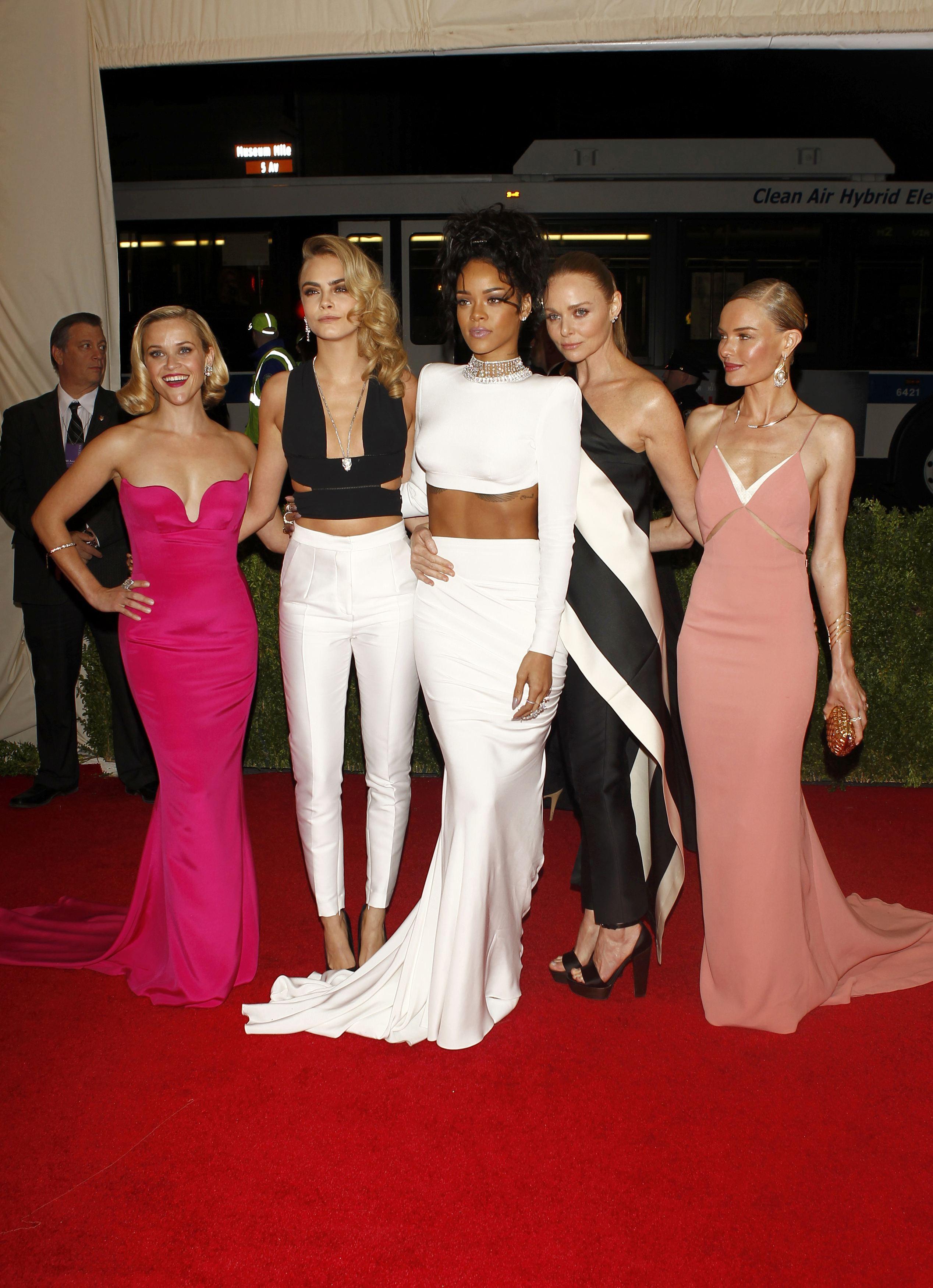 Reese Witherspoon, Cara Delevigne, Rihanna, Stella McCartney e Kate Bosworth no baile de gala do MET em Nova York, nos Estados Unidos