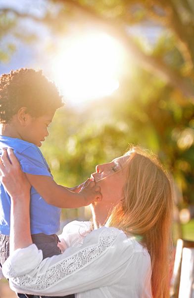 Maria Padilha mostra todo seu carinho por Manoel, seu filho de 2 anos