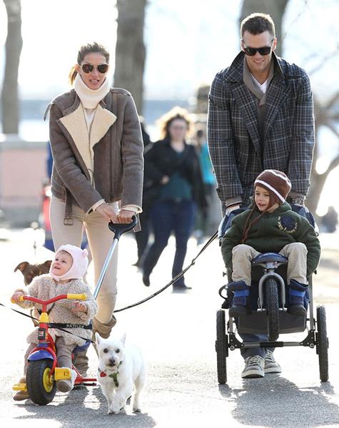 Família estilosa: Gisele Bündchen com os filhos Benjamin e Vivian e o marido, Tom Brady