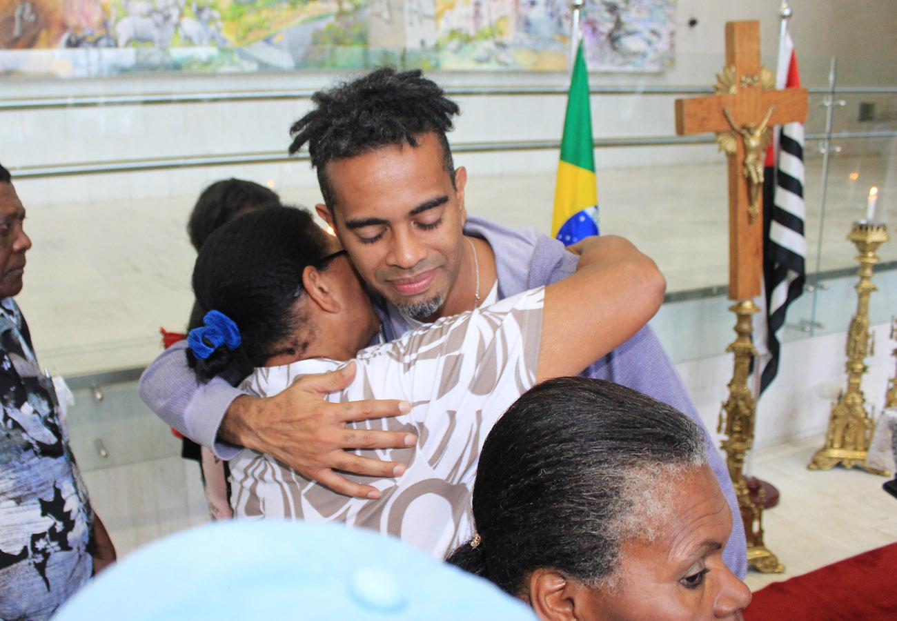 Jair Oliveira, filho de Jair Rodrigues, recebe o carinho de uma fã