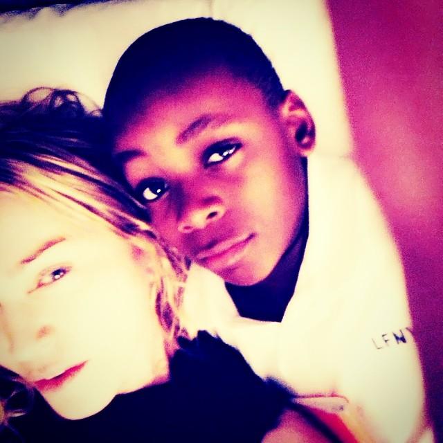 Madonna e David Banda - a cantora postou a foto com o filho e escreveu: 'Uma mãe de sorte'