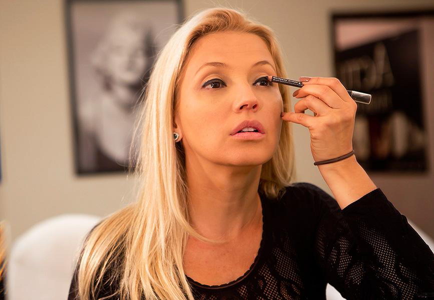 Depois de preparar a pele com primer, base líquida e corretivo, Patrícia de Sabrit faz o contorno dos olhos com lápis delineador