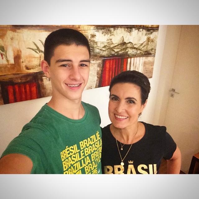 Fátima Bernardes e Vinícius: a mãe já foi musa da seleção brasileira em 2002