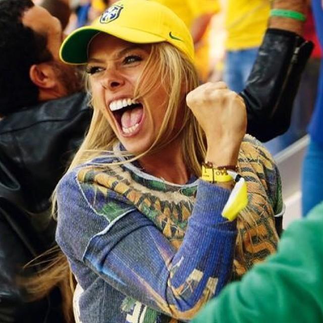 """""""Vai, Brasil"""", escreveu Adriane Galisteu em legenda de foto em que aparece animada"""
