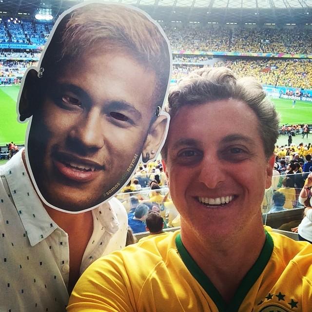 Asthon Kutcher usa máscara de Neymar ao lado de Luciano Huck
