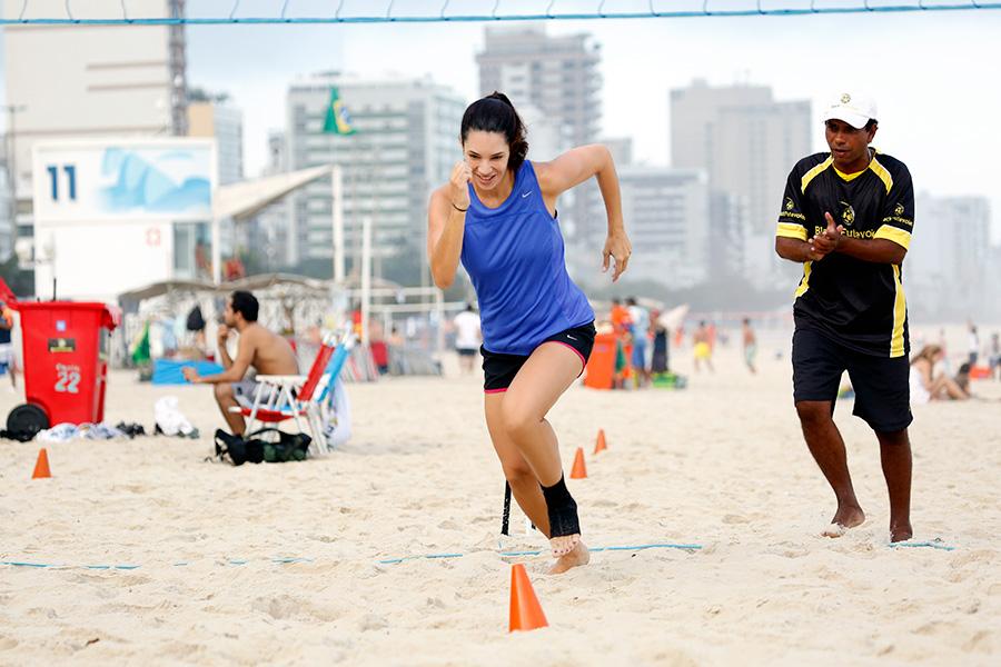 Como aquecimento, Amandha Lee corre na areia, com a supervisão do professor Black na praia do Leblon, no Rio