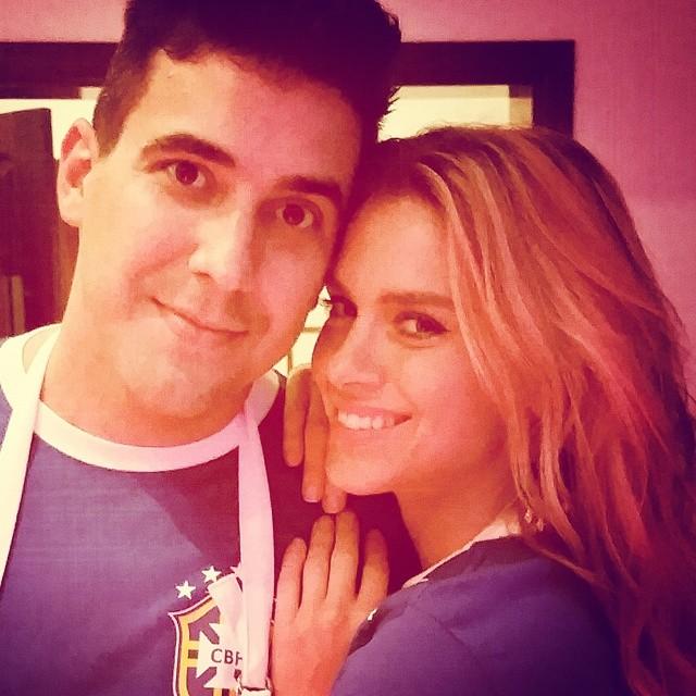 """André Marques e Carolina Dieckmann posam juntos e fazem coro: """"Bora, Brasil!"""""""