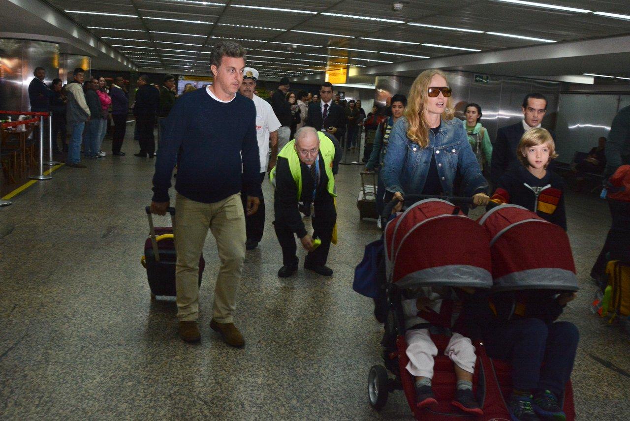 Angélica e Luciano Huck desembarcam com os filhos em São Paulo