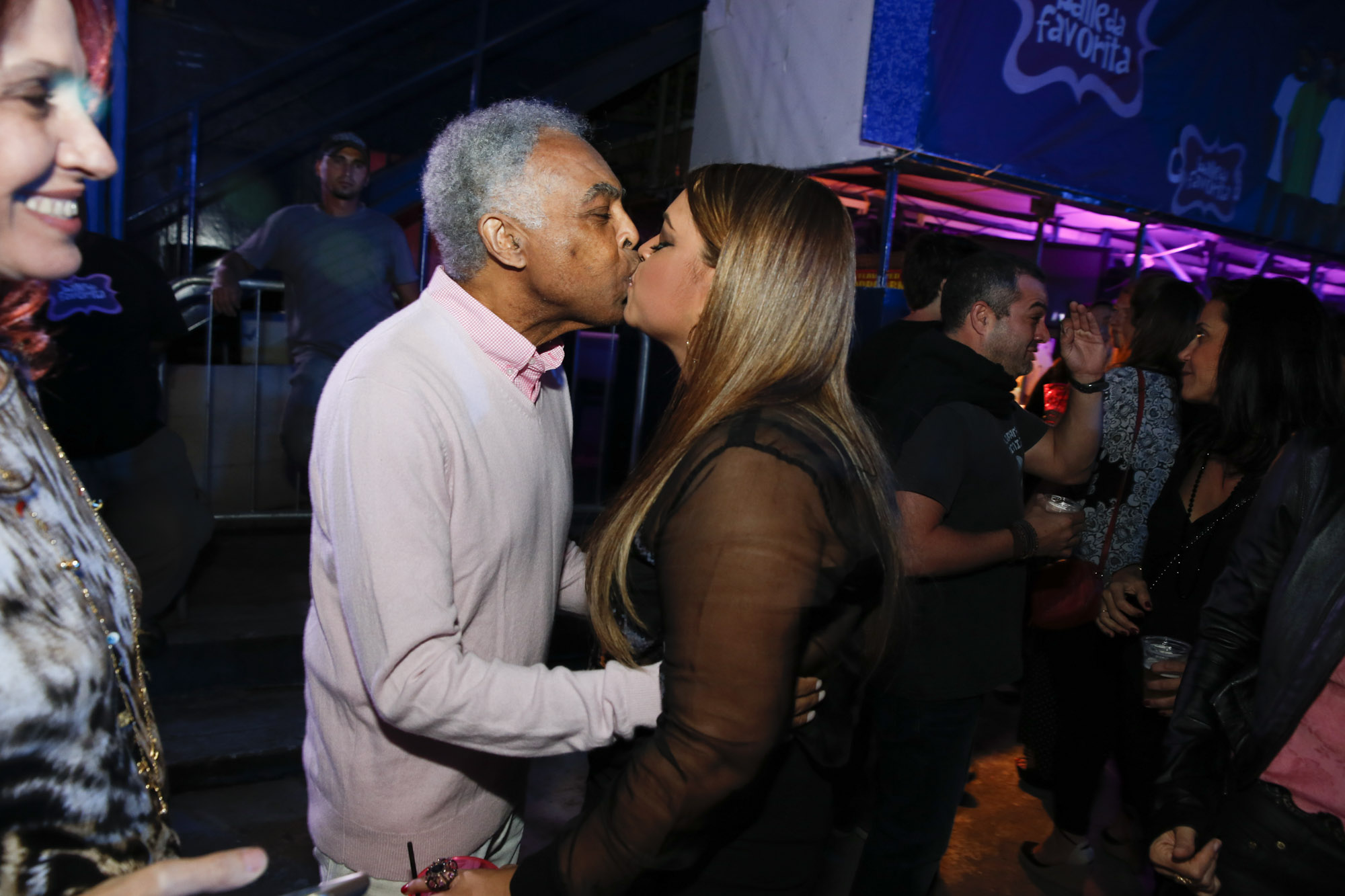 Preta Gil dá selinho no pai, Gilberto Gil, em sua festa de aniversário no Rio