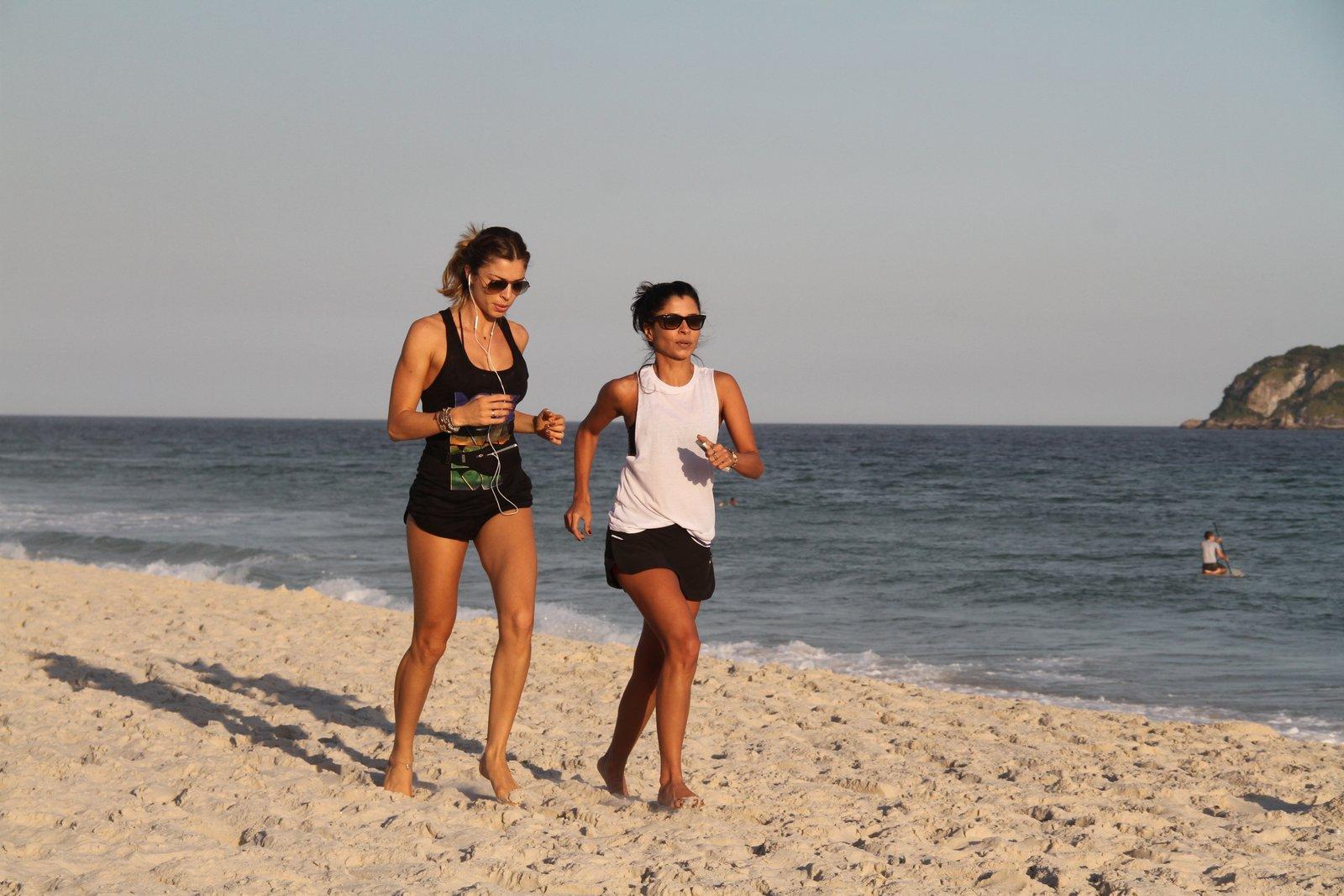 Grazi Massafera e Anna Lima correndo na areia
