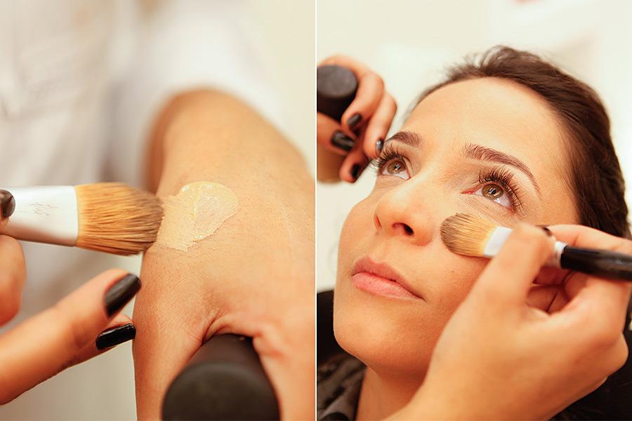 """A primeira dica é não aplicar corretivo diretamente no rosto. """"Coloque um pouco no punho. Com a ajuda de um pincel, aplique apenas em regiões com imperfeições"""", aponta a maquiadora Carolina Gomes"""