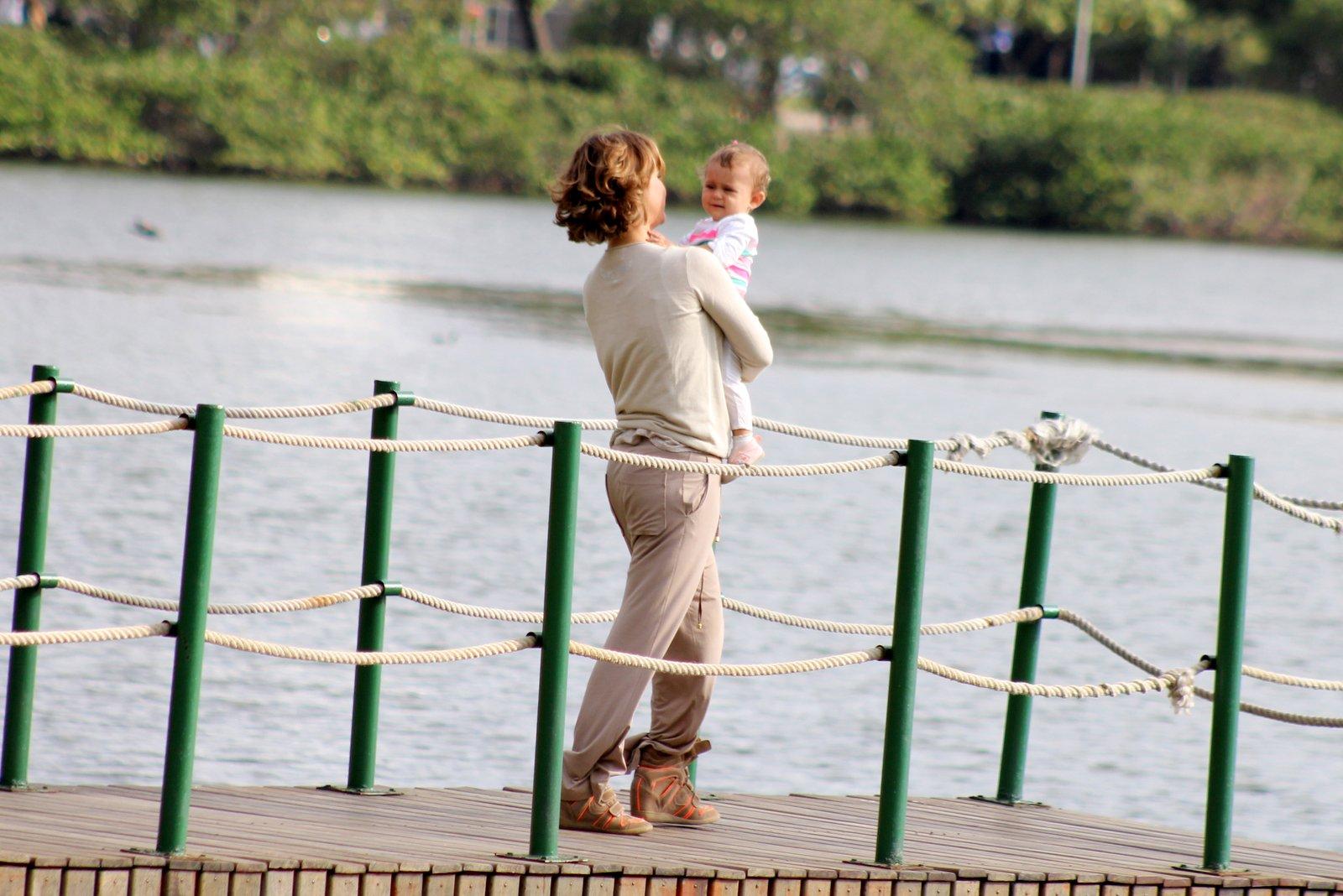 Guilhermina Guinle aproveitou o dia de sol que fez no Rio de Janeiro para brincar com a filha ao ar livre