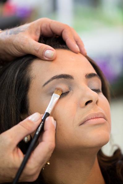 O maquiador Jorge Marques, do Espaço Contemporâneo Prime, começa a produzir a consultora de estilo Paola Cravo pela sombra