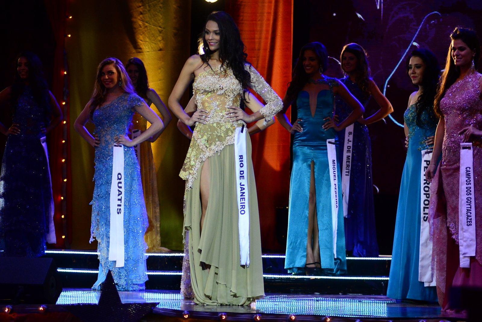 Hosana Elliot desfilando com traje de gala no Miss Universo RJ 2014