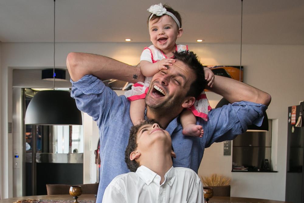 Henri Castelli realizou o sonho de ter uma filha menina em janeiro deste ano - ele já tinha o nome Maria Eduardo tatuado há anos. O ator também é pai de Lucas, de 9 anos, fruto do casamento com Isabelli Fontana