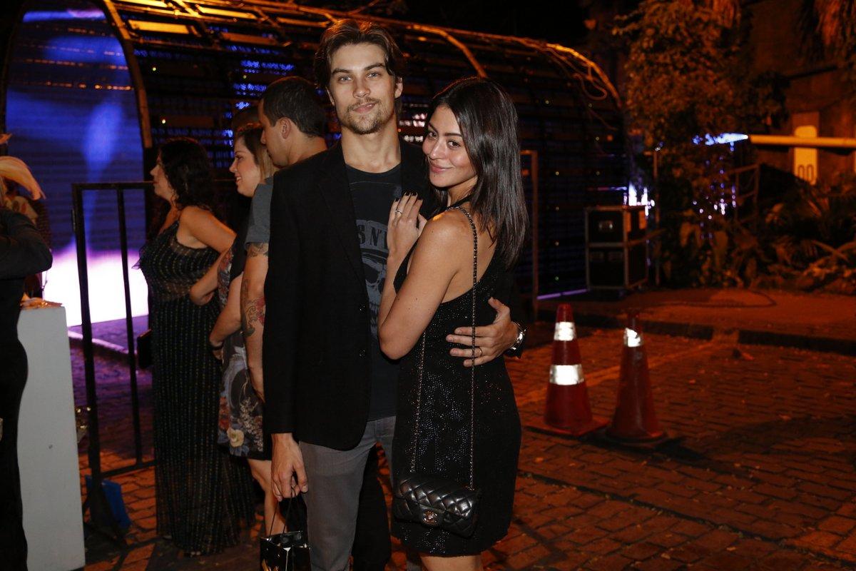Carol Castro  e o marido, Raphael Sander, em festa na Zona Sul do Rio