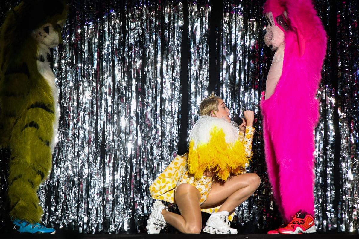 Miley Cyrus usa fantasia de unicórnio em aeroporto