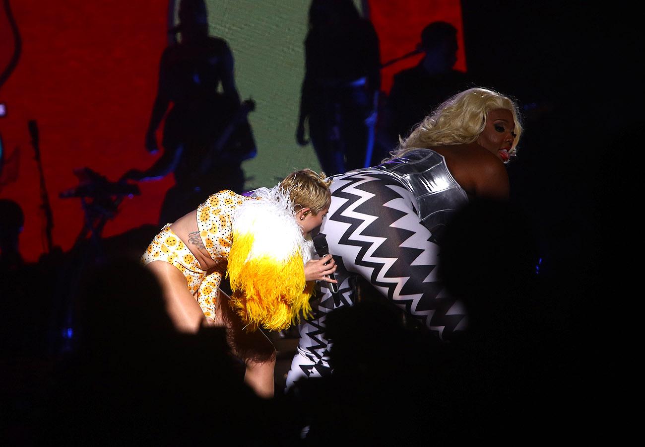 Miley Cyrus diz que não bebe nem fuma durante a turnê
