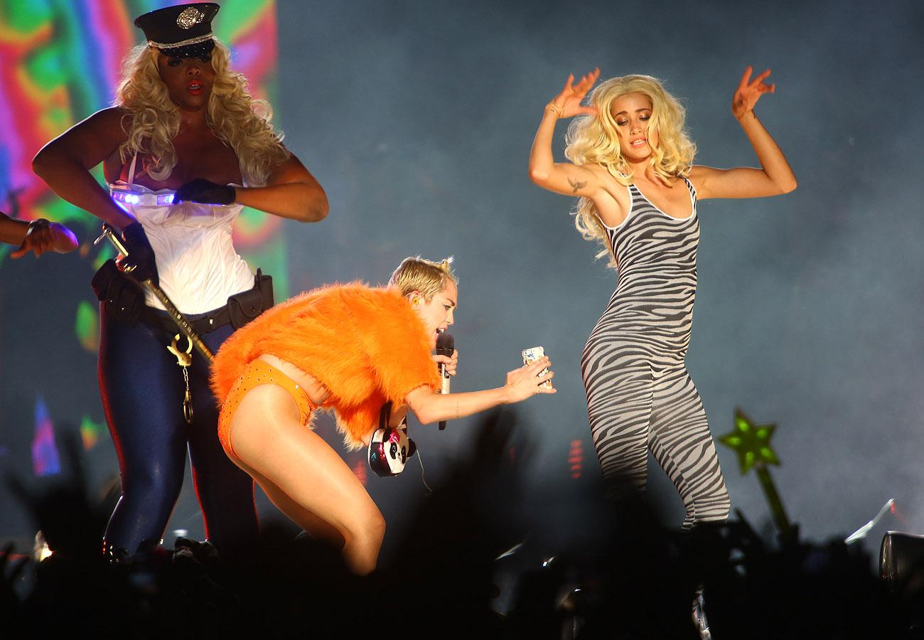Miley Cyrus faz caras e bocas em apresentação da turnê