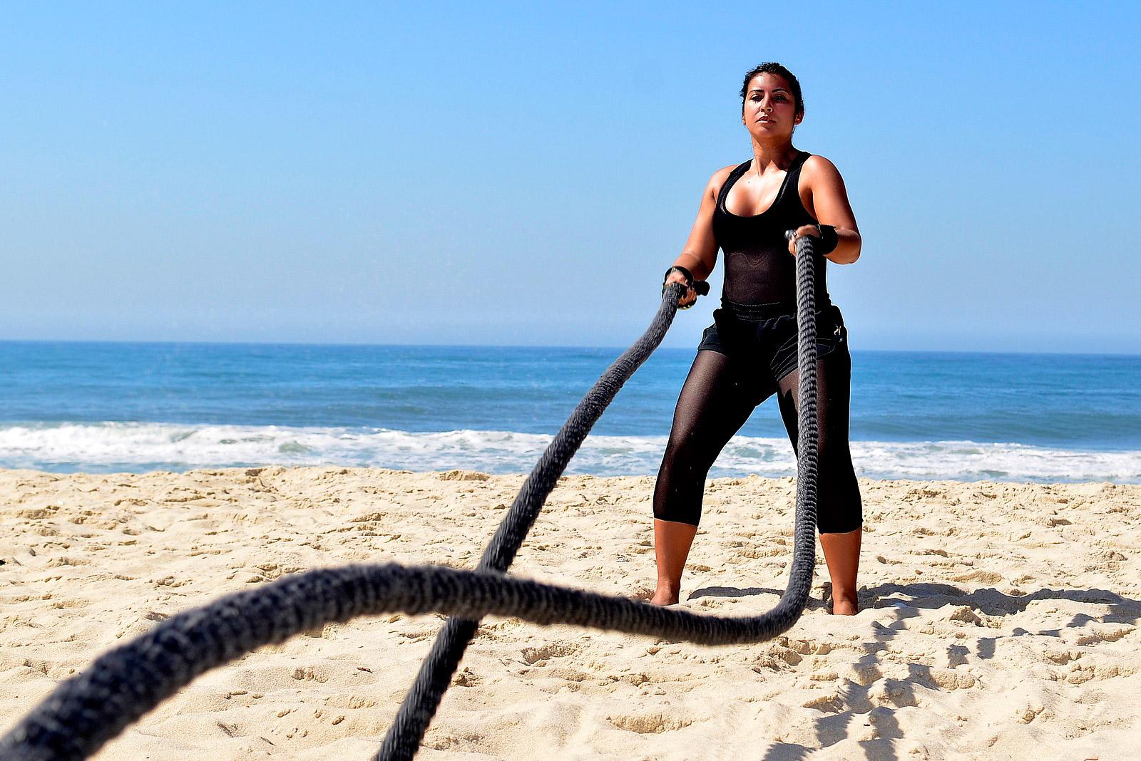 Priscila Pires mostrou seu treino de muay thai na praia para o EGO