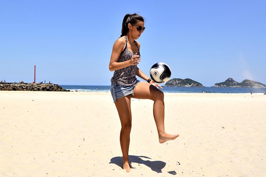 """Thati Lopes, a Jussara de """"Boogie Oogie"""", posa para o EGO em praia do Rio"""