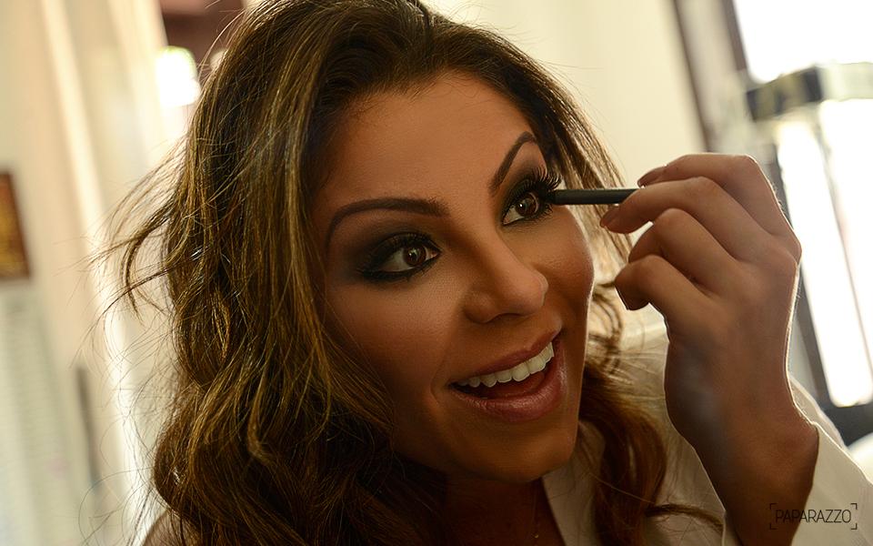 Andressa Ferreira se prepara para posar para o Paparazzo