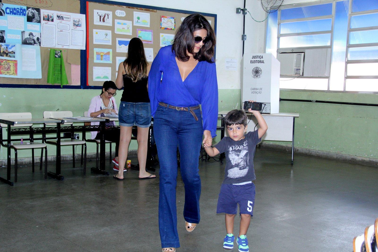 Juliana Paes foi votar acompanhada do filho, Pedro