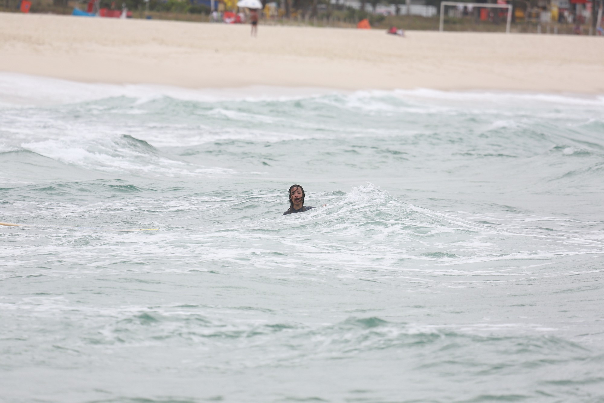 Carol Nakamura mergulha após desequilibrar na prancha