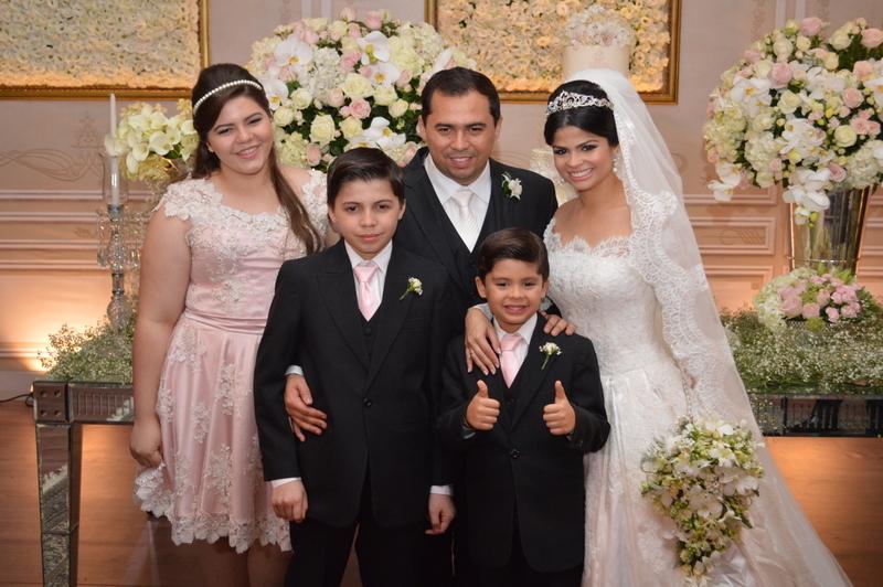Isabele Temoteo e Xand  com os filhos em casamento em Fortaleza, no Ceará