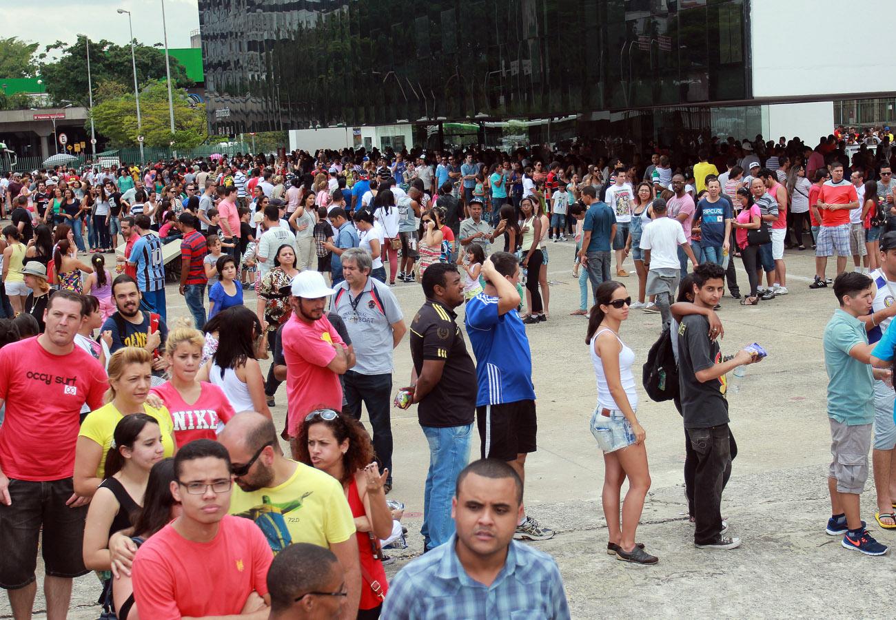 Fãs em frente ao Memorial da América Latina, em São Paulo. Segundo informações da organizadora do evento, até o período da tarde mais de 10 mil pessoas já haviam ido a exposição