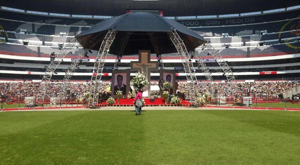 Detalhe da decoração do estádio Azteca para velório de Roberto Bolaños