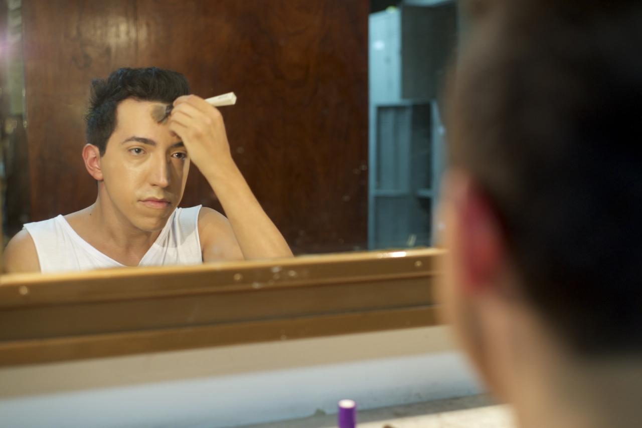 A transformação de Diego Campagnolli em Dercy começa nos camarins, com muita maquiagem