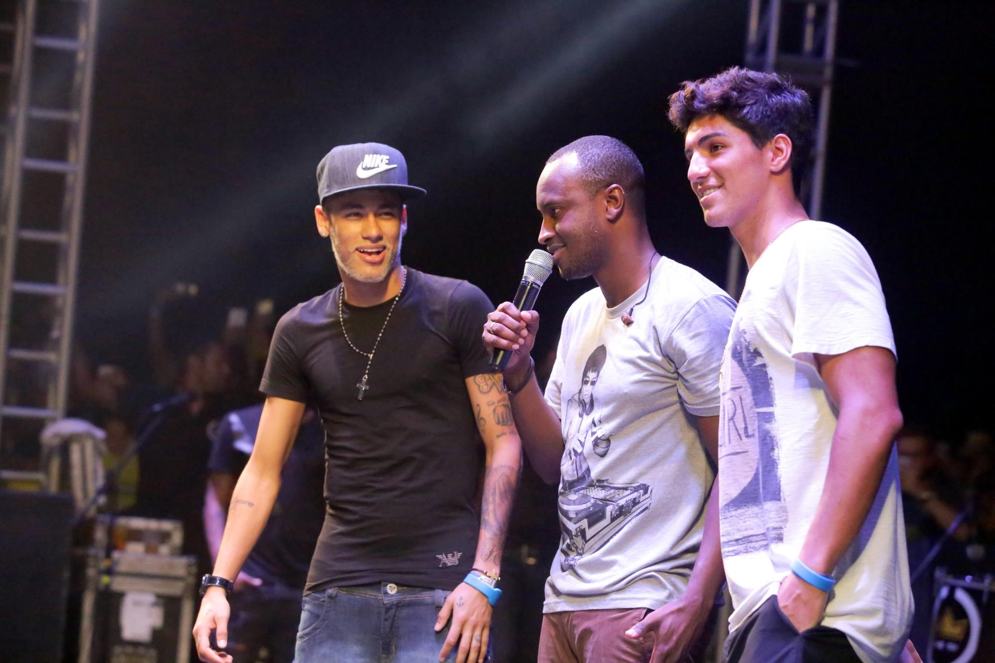 Neymar, Thiaguinho e Gabriel Medina estão em Florianópolis curtindo dias de sol, som e calor