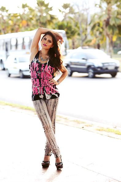 Jessika Alves usa regata Espaço Fashion, calça jeans Drambue, sandália Melissa, colar e anel quadrdo Langak, relógio Cassio, anéis Forever 21 e óculos Chilli Beans