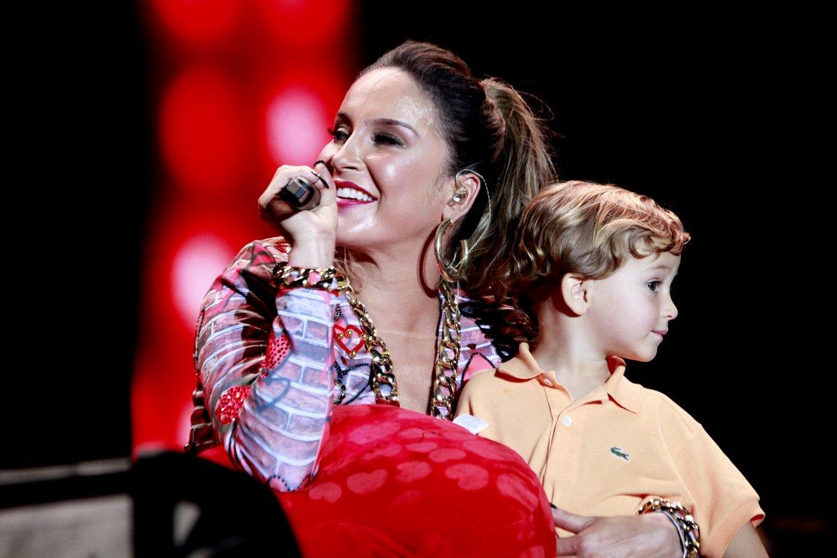 Claudia Leitte com o filho Rafael no Festival de Verão de Salvador, na Bahia