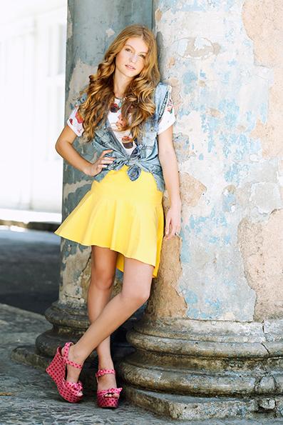 Gaby Machado usa camiseta Damyller, colete e saia Maria Filó, sandália Imporium, acessórios Ateliê Cult
