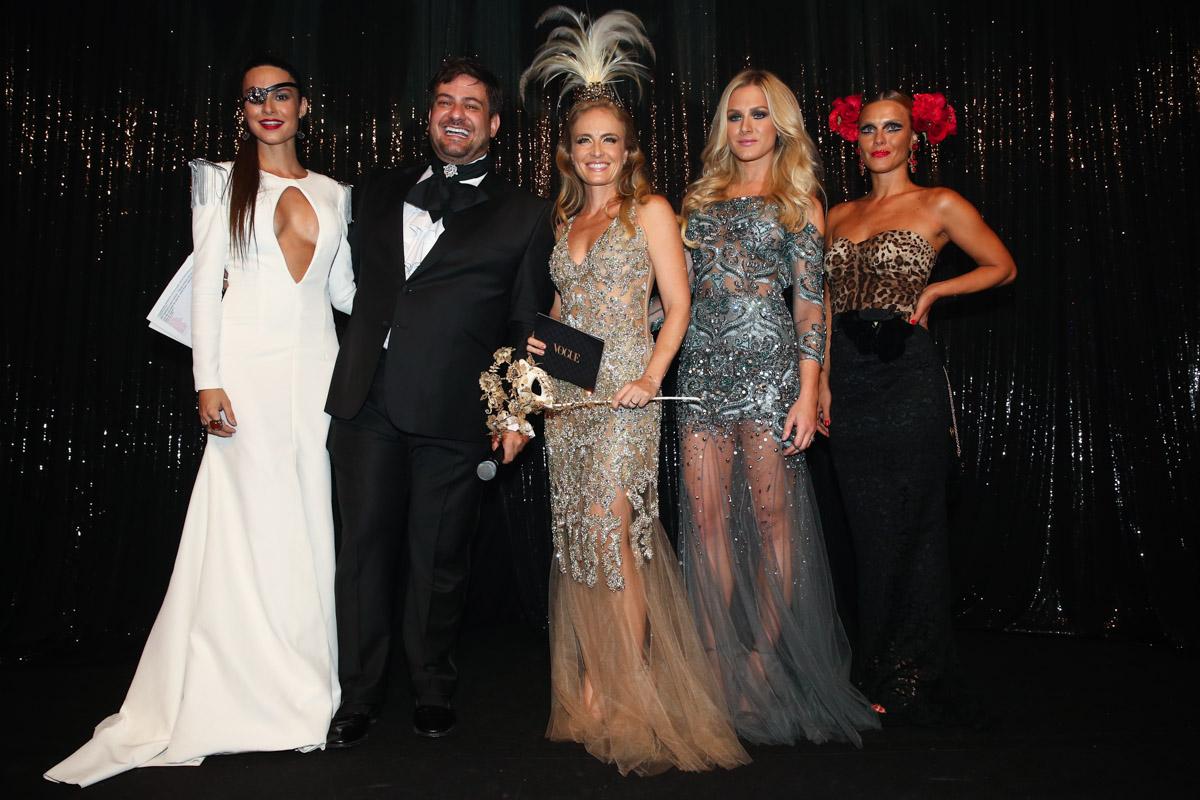 Thaila Ayala, Bruno Astuto, Angélica, Fiorella Mattheis e Carolina Dieckmann em baile de gala em São Paulo