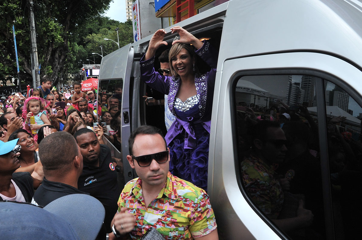 Carla Perez chegando no trio elétrico Algodão Doce