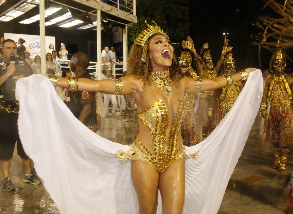 Juliana Paes voltou à avenida em grande estilo: na comissão de frente da Viradouro no domingo, 15.