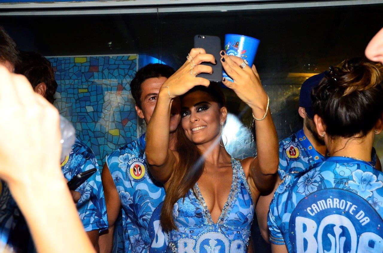 Juliana Paes faz selfie com o marido